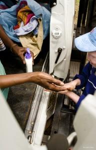 Entrega de cremas de protección solar a pacientes albinos