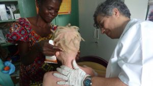 La Dra. Torres atendiendo a una persona con albinismo