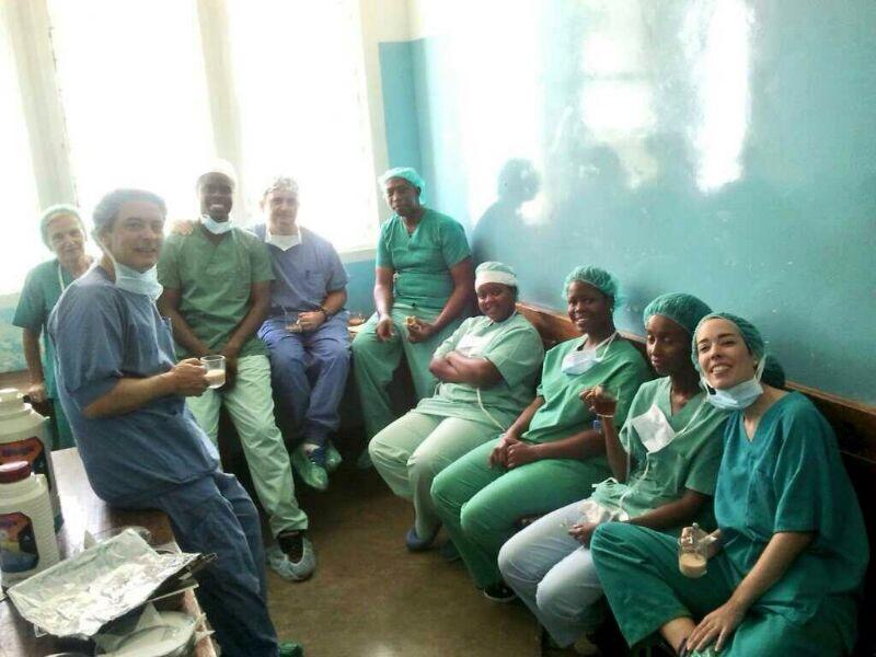 Receso post-quirófano en Tanzania con el equipo. Soco, Carmen...